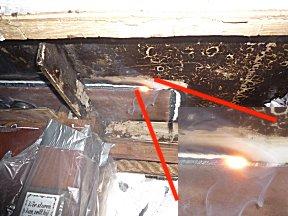 Werk aan de mastvoet, het smeltende metaal is ook binnen zichtbaar.
