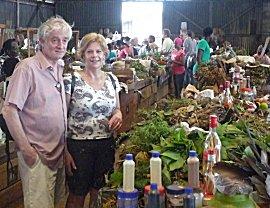 Mark en Maartje op de kruiden markt.