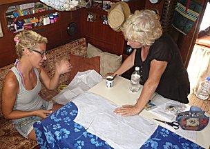 Leentje en Ernie bespreken patronen voor een blouse.