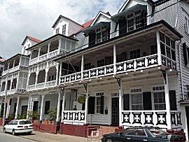Veel histroische houten gebouwen in Paramaribo.