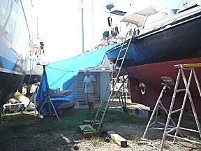 Van dekzeil hebben we een schuurtje naast de boot gemaakt.