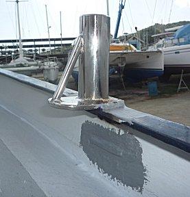 De nieuwe RVS septerpotten staan gelast op de RVS voetrail en er is ruimte genoeg om te schuren en schilderen.