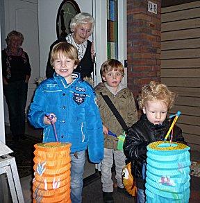 Kinderen met lampioens zingen aan de deur voor snoep.