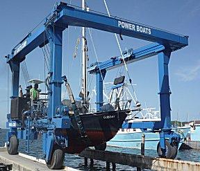 De Gabber hangt in de travellift bij Power Boats Marina.