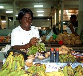 Op de markt veel tropisch fruit, deze mevrouw verkoopt ons een bosje Knepa.
