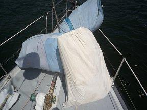 De zeieln zijn afgeslagen en liggen aan dek.