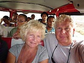 In een busje als verzamel taxi passen 13 personen zonder probleem