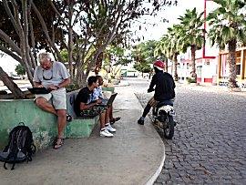 Internetten op een bankje in het dorp