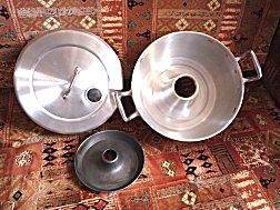 Spaanse ovenpan, voor op het fornuis, spaart gas bij broodbakken, gewoon te koop bij vele winkels voor Euro 23,00
